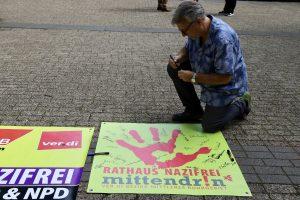 Unterschrift auf dem Banner - Rathaus nazifrei: Keine Stimme fuer AfD und NPD (Banner der Aktion von ver.di/dem DGB)