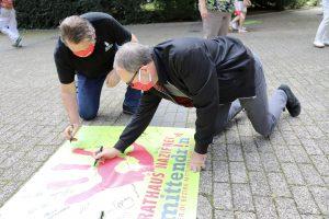 Unterschriften auf dem Banner - Rathaus nazifrei: Keine Stimme fuer AfD und NPD (Banner der Aktion von ver.di/dem DGB)